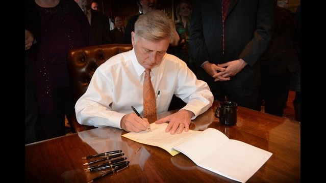 Beebe Signs Private Option Into Law for Another Year